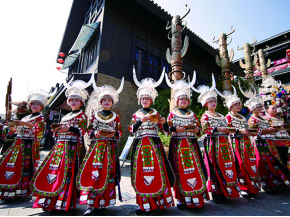 贵州万达小镇举办苗族长桌宴体验活动